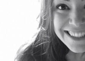 Yo empecé hablar español  el año pasado través de las clases por el Skype y otras presenciales. Puedes hacer las clases de una manera individual, personalizada, con el contenido en español, hablando con una argentina o colombiana  y conociendo más de su cultura, lengua . Para mi,  no hubo diferencia  entre las presenciales o a través de la computadora. La profesora puede corrigir mis errores, entrenarme, hacer preguntas, ejercicios, hacer prueba y conectarme con el español.  Hasta hoy, puedo comprender mejor las personas a las que hablan en las reuniones que participo en mi oficina, hablar y escribir las cosas que pienso. Tengo ahora la oportunidad de tener un portal con más movilidad para hacer las clases, tener ejercicios, un fichero, histórico y acompañar de una manera más estruvturada que tenia ayer. Es ótimo, para animarse!